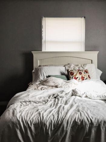 風邪をひいたら体を休めることが第一。日中もできるだけ体を休めて、夜は早めにベッドへ。睡眠は十分にとりましょう。