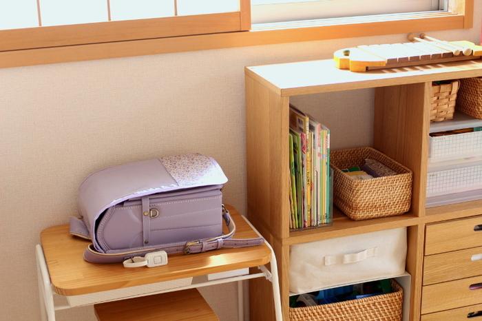 こちらのお宅のように、低めの学習デスクをランドセル置き場にするのも良いですね。教材と高さを揃えているため、時間割がしやすい配置です。お子さんの目線になって、収納場所を選ぶと上手くいきますよ。