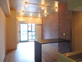 さらに、レンガ壁やインダストリアルな家具など、時間を経て醸し出す味わいのあるもモノをポイントに取り入れて。