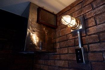 照明も、無機質な素材やインダストリアルなモノに注目して選べば、ぐっと雰囲気が出ますよ。
