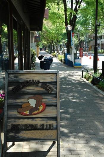 登校中のハルちゃんが、車にぶつかりそうな猫を見つけて思わず駆け出すシーンに使われているのは、JR阿佐ヶ谷駅から続く中杉通りの並木道。