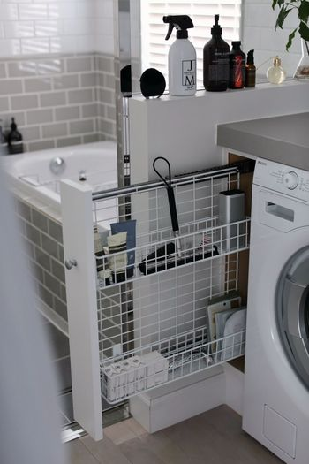 こちらのお宅のように、浴室と脱衣所の間に収納があれば両方で使う掃除道具を一緒に収納できます。スリムな引き出し式で、見た目もおしゃれですね。