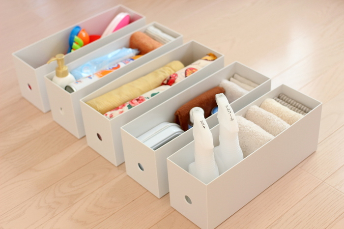 無印良品のポリプロピレンファイルボックスに掃除道具をまとめておけば、見た目も美しくすっきりと掃除道具が収納できます。カテゴリ分けしておくと、必要な分だけを取りだせて効率的。