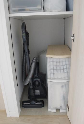 見せたくない掃除道具は、やはり納戸に収納が便利。棚板の位置を変えられるタイプなら、しまいにくい掃除機などでもぴったり収納できます。