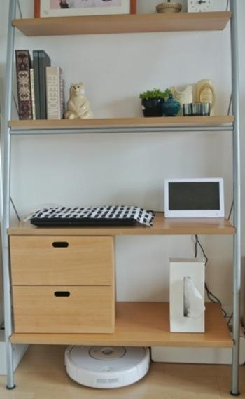 お掃除ロボットの定位置は、お気に入りの家具の下。いつでも出動できるように、スタンバイさせて。