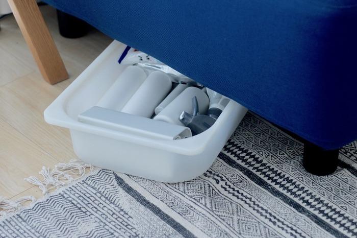 朝型のボックスに掃除道具を寝かせて収納するアイデアも。ソファ下のデッドスペースを有効活用した掃除収納は、ぜひ参考にしたいですね。