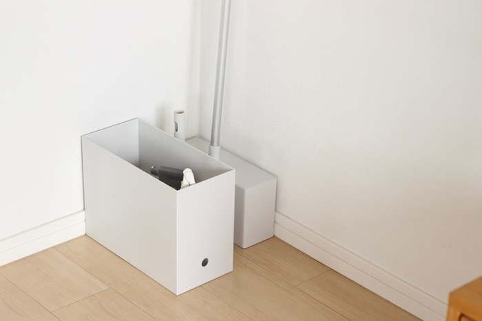 床掃除用の道具をひとまとめに。無駄のないシンプルなデザインなので、部屋の隅に直置きしてもインテリアになじんでいます。