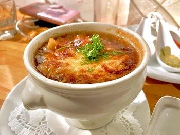 「オニオングラタンギョウザ」というちょっと珍しいメニューも。ほかにも、ミョウガやもち米を使った餃子などいろいろなメニューが揃っているので、いろんなお料理を少しずつ楽しみたい女性にぴったり。