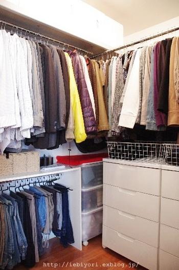 ウォークインクローゼットがある場合は、タンスなどの家具も入れ込んでしまうのも、お部屋をすっきりさせるコツです。