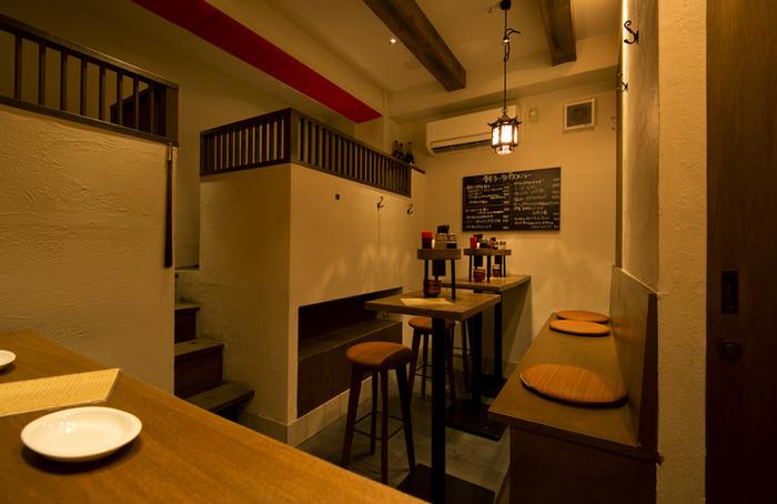 おしゃれなカフェのような店内は、カウンターをメインに、奥にはテーブル席と小上がり席もあり、少人数でもグループでも楽しめます。落ち着いた空間なので、しっとりおしゃべりしたい日にも良さそう。