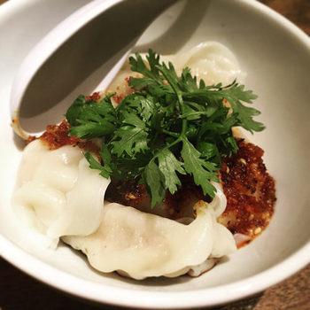 つるんと滑らかな「水餃子」も人気。こちらは、辛い麻辣ソースとパクチーを添えていただくスタイル。花椒のすっきりした香りがスーッと抜ける本格的な味わいです。餃子に合うワインは、赤白をはじめスパークリングなど豊富。中華ベースの小皿料理もたくさんあるので、餃子と一緒に楽しめますよ。
