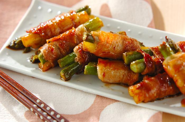 豚肉のアスパラ巻きは食卓やお弁当などで大活躍する一品ですが、こちらは味付けのアクセントにコチュジャンを生かしたレシピ。コチュジャンの量は少なめにしてしょうゆを効かせているので、唐辛子があまり得意じゃない方も食べやすいでしょう。