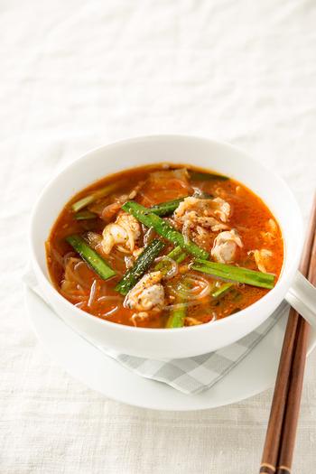 あさりと豚バラ肉のうま味が詰まったスープのレシピです。春雨が入っているため、軽食にも良いでしょう。コチュジャンのほかにさらに韓国唐辛子を加えているので、辛い料理が好きな人や、コチュジャンだけだと物足りない人にもおすすめ。