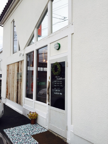 山形市 五十鈴にあるカフェ「カシェルポポ」は、倉をリノベーションした可愛らしいレストラン。 真っ白な外観に個性的な窓が目印!