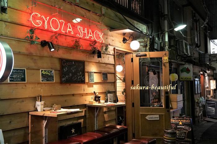 """三軒茶屋の駅から2~3分のところにある「GYOZA SHACK(ギョウザ シャック)」。店名の""""SHACK""""とは、ニューヨークのブルックリンなどで注目されている、山小屋の雰囲気を都会に持ち込んだNEWスタイルのお店のこと。ここでは、14種類の餃子と自然派ワインを満喫できますよ。"""