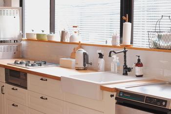 適材適所にモノを配置できれば、家事の効率もアップしそう。自分が心地良いと思える動線上に、厳選したモノを片づけてみましょう。  こちらのお宅のように限られたモノだけが出されたキッチンは、さっと拭き掃除するだけできれいになるため掃除もラクに。