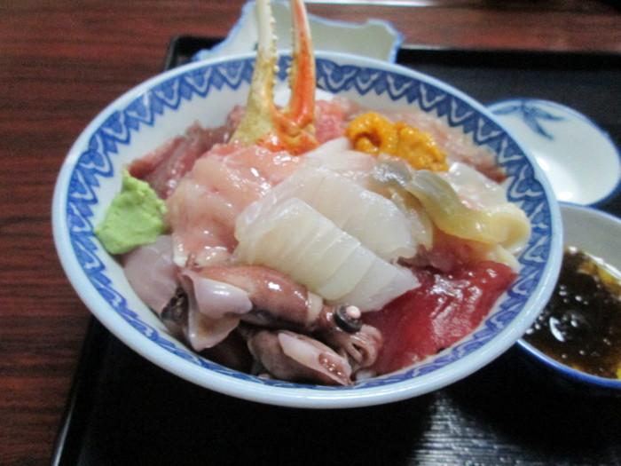 こちらは海鮮丼。マグロ、ウニ、カニ…種類豊富な新鮮な魚介が丼ぶりいっぱいに盛り付けられています。 まさに、お魚屋さんならではの美味しさ。魚好きにはたまらないお店です!