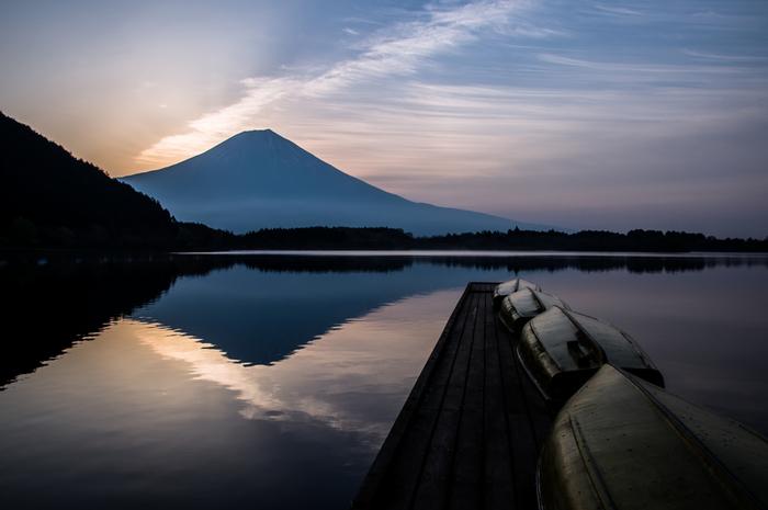 四つ目は、山岳信仰の対象でもある霊山。 多くのお寺で「○○山 ○○寺」と称されているのを、みなさんもご存知ではないでしょうか。歴史的には、空海が高野山を、最澄が比叡山を開いたことをはじめ、私たちは古くから山を拝み敬ってきました。 火の神様がいるとされる火山は富士山や阿蘇山、死者の霊が集まるといわれる恐山など、その種類はさまざま。