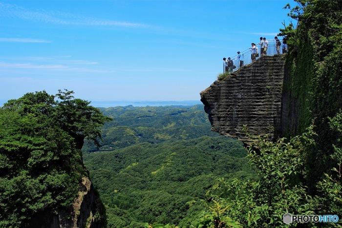 そして崖から飛び出たようなこの展望台が有名な「地獄のぞき」。そこには、行った人にしか味わえない絶景が広がっています。お天気が良いと富士山が見えることも。ここに立って心を空っぽにして、良いエネルギーを吸い込んで帰ってきたいですね。