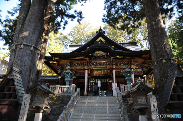 埼玉県秩父市にある、関東屈指のパワースポットとも呼ばれる「三峯神社」。 標高約1,100mの場所にあることから、境内はなんとも言えない澄んだ空気に包まれ、都会からほど近いとは思えない静寂の時間が流れています。