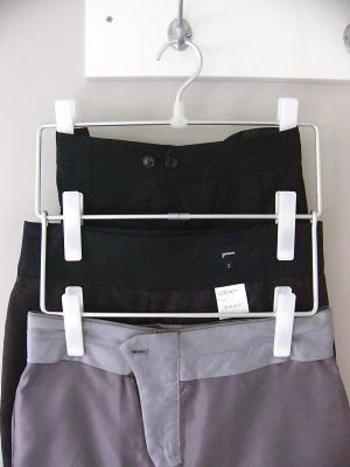 ハンガーはかさばるものも多いので、スカートやパンツはスリムで省スペースなアルミハンガーや3段式ハンガーなどを使うのもいいですね。