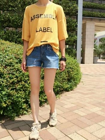 こんな風に短めにカットオフして、夏らしさを楽しむのもいいですね。ロゴ入りのビッグTシャツを合わせれば、ボーイッシュカジュアルの完成。
