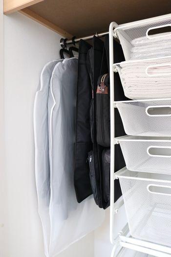 シーズンオフのコートやスーツなどをポールに掛けて収納する場合は、衣装カバーをかぶせるのもいいですね。クローゼット内がすっきり見え、ほこりがかからないのも大きなメリット。