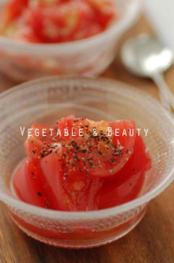 縦にカットしたトマトをすし酢と和えたら、ブラックペパーを利かせて。すし酢がトマトの甘さを引き立て、手間いらずの美味しさに。