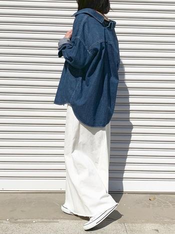 """マキシ丈の切りっぱなしデニムスカートにビッグシルエットのデニムシャツを羽織った""""デニムonデニム""""スタイル。オーバーシルエットや抜き襟など今っぽい雰囲気がおしゃれです。"""