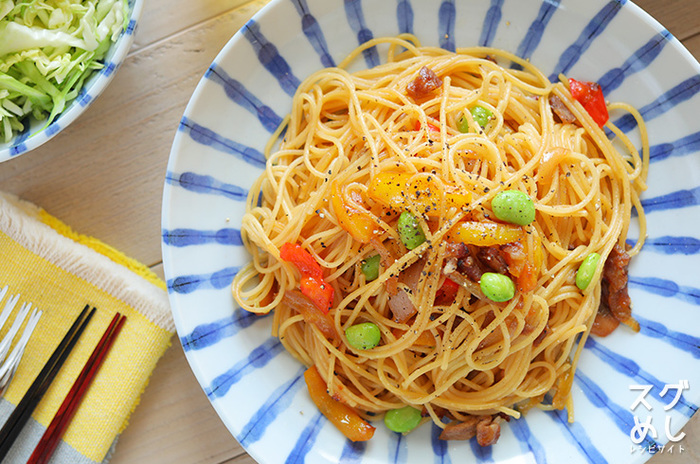 野菜たっぷりのさっぱりとした味付けの和風パスタ。見た目も華やかなパスタにはシンプルなコンソメスープが◎。まるでカフェのように食卓を演出でき、休日のブランチにピッタリです。