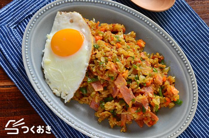 ベーコン、にんじん、玉ねぎ、ピーマンで作る「カレー炒めご飯」。なんと味付けはカレールーとコンソメだけ。同じ材料でコンソメスープを作れば少ない材料で栄養もボリュームもしっかりある満足の献立になります。