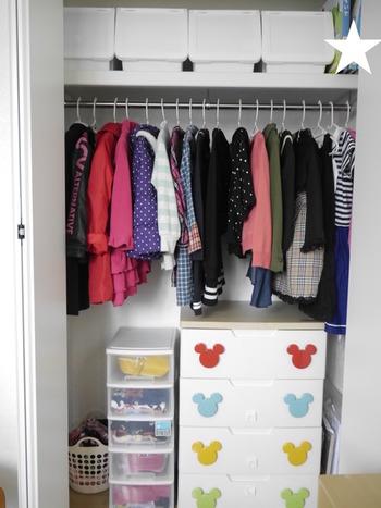子供の服は、すべて子供部屋のクローゼットにまとめれば、衣替えなども簡単。上の棚には季節ものをまとめて。上段のボックスは前が開くタイプで、取り出しが便利だそうです。