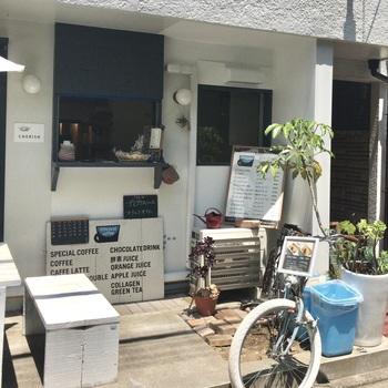 表参道駅から徒歩5分。<little pool coffee>は、青山通り沿いの細い路地を入った先にあります。お隣は美容室。店名からも分かるように、コーヒースタンドとして営業されています。