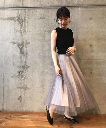 レディライクな着こなしが好きな方は、ロングのチュールスカートはぜひ持っておきたいアイテムですよね。透け感のあるチュールを使ったものなら、透明感ある着こなしが叶います。