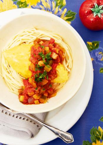 茹でたパスタの上にオムレツ、ベーコン、なす、ズッキーニ、玉ねぎ、赤パプリカ、黄パプリカの野菜たっぷりソースをかけていただくオムパスタ。野菜もたっぷりとれて、見た目も華やかなレシピは、同じくシンプルなコンソメスープによく合います。