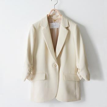 エレガントなスタイルでまとめたい方は、袖をたくし上げたようなデザインのテーラードジャケットはいかが? 腕時計やブレスレットなどを引き立てたいときにも◎デイリーからフォーマルまで幅広く活躍してくれそう。