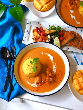 スパイスから作る本格的な、大人のエスニック海老カレー。スパイスが効いたカレーとコンソメスープは相性バッチリ。シンプルなコンソメスープもしくはやさしい味わいの卵系のコンソメスープと合わせても◎。