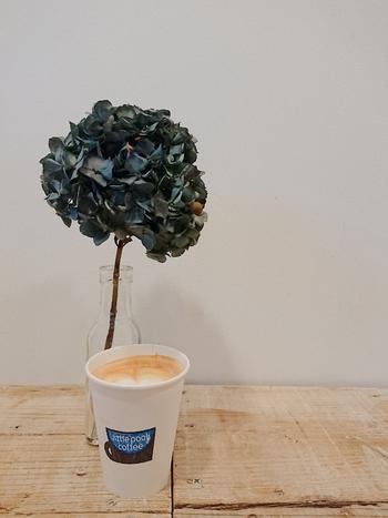 コーヒースタンドなので、ぜひご一緒にドリンクも。カラフルな酵素ジュースも人気です。オムライスと合わせて注文すると割引になるお得なサービスもありますよ♪