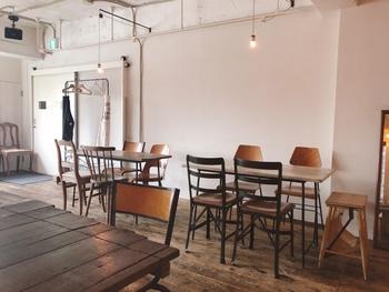 店内は、白壁に囲まれたシンプルな空間。むき出しの天井も白で統一されているので、圧迫感がなく開放的です。テーブルやイス、棚には木のアイテムが使用されています。