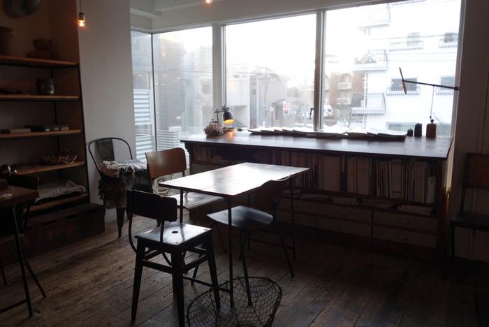 特等席は、窓側!ちょっぴり薄暗い店内の中で、ひと際光が差し込むスペースです。お昼のあたたかな日差しはもちろん、夕暮れ時の街の変化も素敵なんだとか…♪