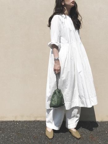 オールホワイトで清潔感のあるコーデに。太って見えがちな白も、手首や足の甲を見せることで抜け感を出しています。