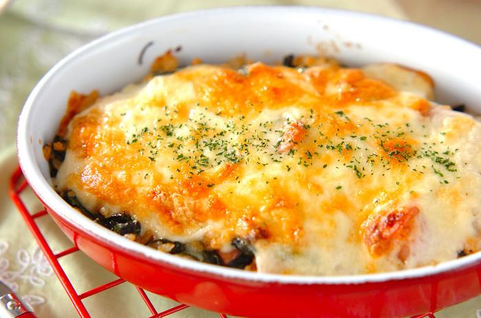 ほうれん草がたっぷり入ったポパイドリアは、ソーセージやたっぷりチーズで野菜が苦手な子も美味しくいただけます。子どもの好きなカレー味のコンソメスープと合わせるのも良いかも。