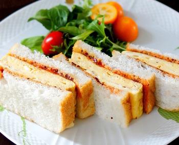 卵料理やパンとコンソメスープは相性◎。そこで、オムレツ生地のサンドイッチと野菜たっぷりのボリューム満天のコンソメスープの組み合わせはいかがでしょうか。オムレツ生地は生クリームたっぷりで、これだけでも美味しそう。