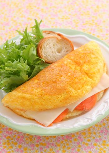 見た目もオシャレで味も◎のサーモンスフレオムレツは、卵白と卵黄を別々に泡立てて作るのがポイントです。一手間かけるだけで、ふわふわ食感のオムレツに仕上がります。バケットに合うチーズ系のコンソメスープが良いかも。