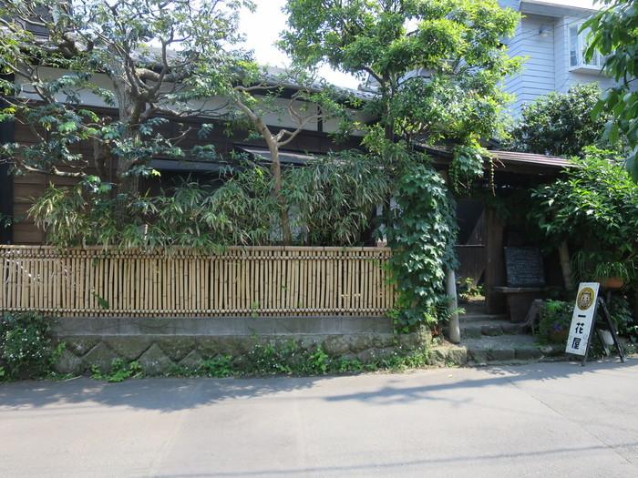 御霊神社からほど近く、タイムトリップしたような雰囲気を醸し出している魅惑のスポットが、古民家カフェの「手ぬぐいカフェ 一花屋」です。
