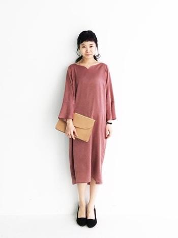 くすんだピンクが大人可愛いワンピースは、普段使いもできるデザイン。 光沢感があるワンピースなら、合わせ方を工夫すれば結婚式でも着用できます。 普段着としてなら、ワイドパンツやデニムと合わせても可愛いですね。