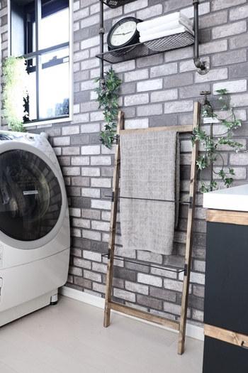 タオルかけがないところに、ラダーをぽんと置いてあげれば、タオルラダーの完成です。コンパクトなうえ、壁やドアなどを傷つけることもないので、賃貸のお部屋で使いたくなるアイデアです。
