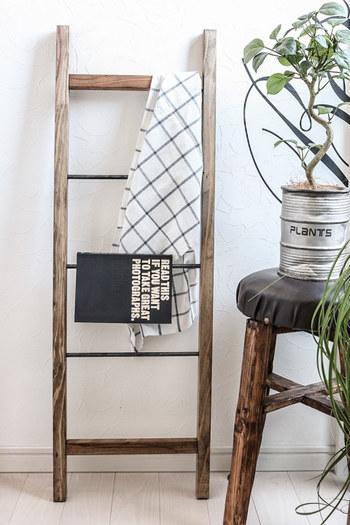 ラダーに布ものをアレンジすると、ぐっと柔らかい印象が生まれます。季節に合わせて、かける布地の素材や色味をチェンジさせるのもいいですね。