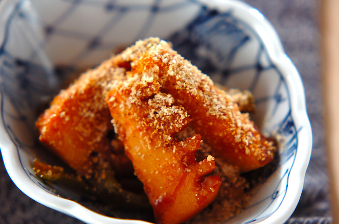和風の煮物によく登場するタケノコですが、コチュジャンとも相性が良いんですよ♪最初にごま油でニンニクと一緒に炒めてから、シシトウや調味料と一緒に煮ます。白ごまの香ばしさとピリ辛味が美味しさの決め手となる一品。