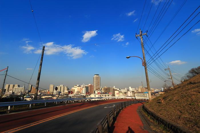「耳をすませば」の舞台は、東京都多摩市の聖蹟桜ヶ丘駅周辺。映画でたびたび登場する坂の勾配は、この「いろは坂」がモデルなんだとか。なだらかな坂をゆっくり歩きながら、作品の世界に想いを馳せてみませんか?